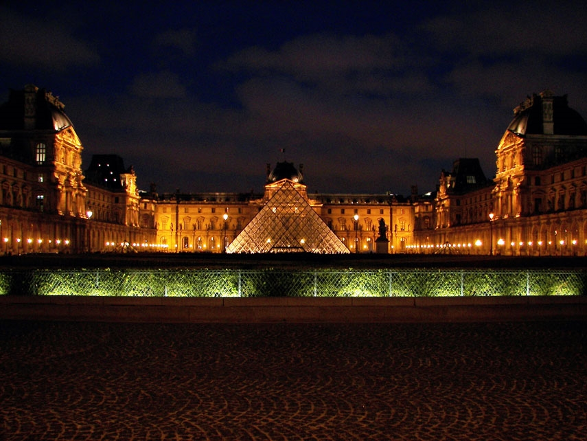 Louvre Pyramid (Pyramide du Louvre) - Photob by:  hurley_gurlie182