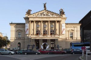 Prague State Opera - Photo: http: www.strunypodzimu.cz