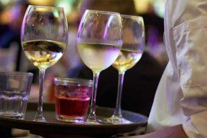 The wine waiter - Photo: Ongchinonn  [via pixabay.com]